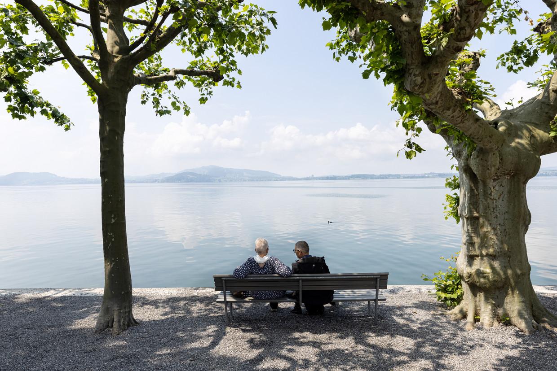 Op een bankje aan het Zugermeer, in het kanton Schwyz, in het hart van Zwitserland. Beeld Julius Schrank