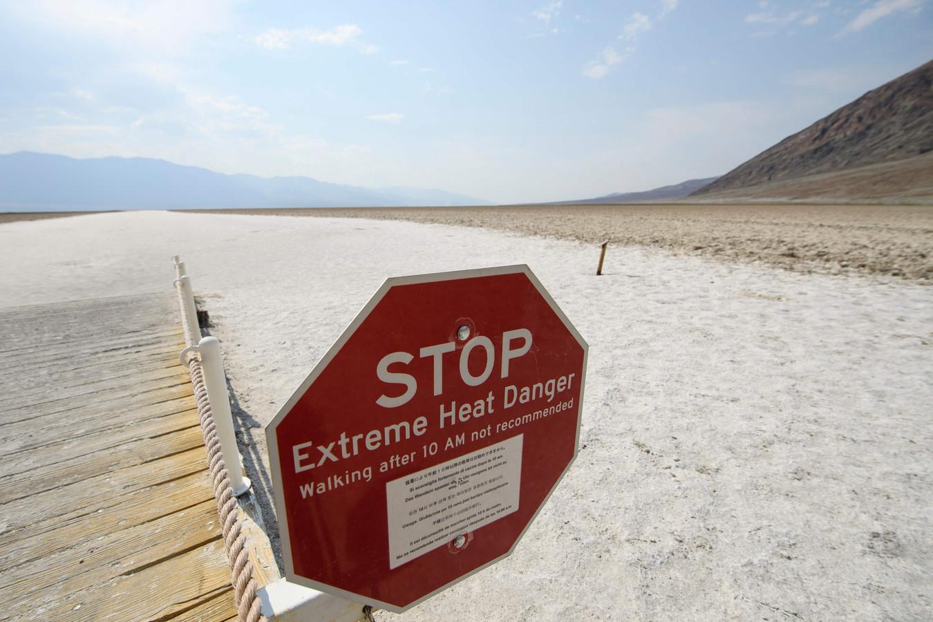 Een waarschuwingsbord voor extreme hitte bij de zoutvlaktes van Badwater Basin in Death Valley National Park in Inyo County, Californië.