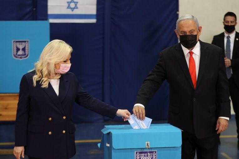 Premier Benjamin Netanyahu en zijn vrouw Sara Netanyahu brengen hun stem uit. Beeld EPA
