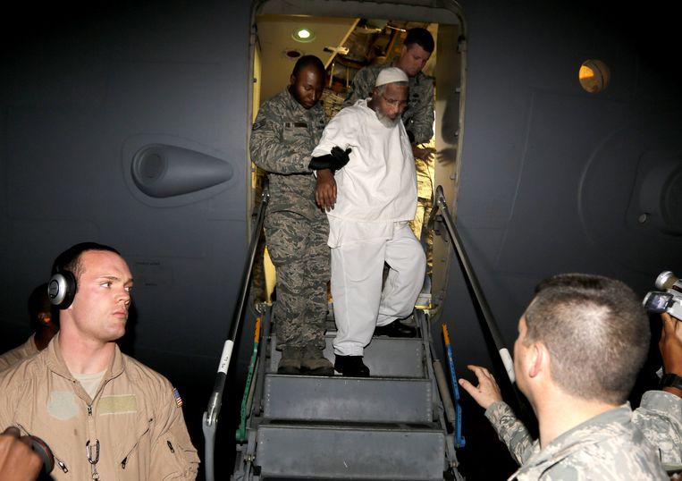 Op 19 december 2013 landt een Amerikaans militair vliegtuig in Khartoem, met aan boord Ibrahim Idris. De Soedanees zat sinds januari 2002 opgesloten in Guantánamo, zijn ernstige gezondheidsklachten zouden het gevolg geweest zijn van de martelingen die hij daar moest ondergaan. Beeld AP