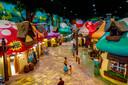 De Smurfen zijn immens populair in China, ziet pretparkbouwer KCC. In Sjanghai werd vorig jaar het grootste Smurfen-pretpark van de wereld geopend.