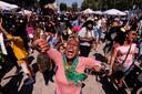 Mensen dansen tijdens de Juneteenth-viering dit jaar in Leimert Park Plaza in Los Angeles.