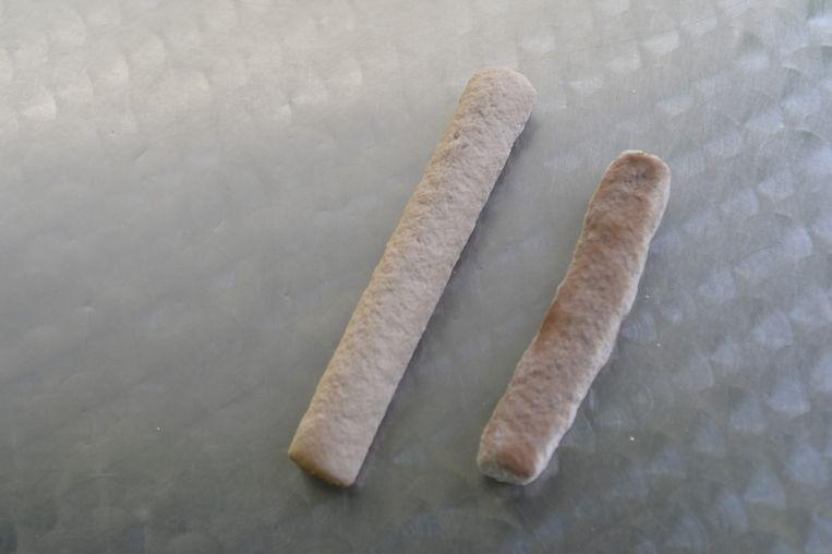 Op haar plateau staat de gewone versie, rechts de glutenvrije.