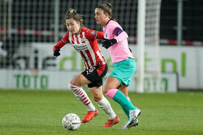 PSV-middenveldster Nurija van Schoonhoven in duel met Alexia Putellas van Barcelona