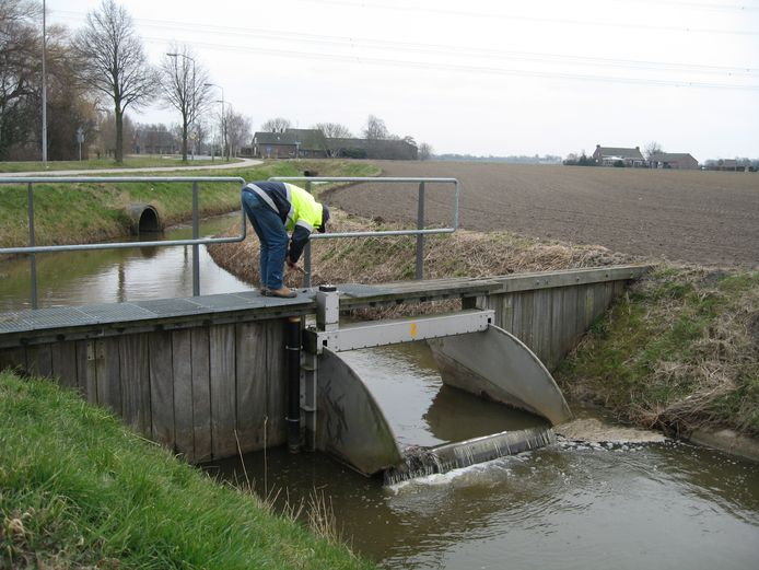 Een peilbeheerder van waterschap Brabantse Delta laat water in om de grondwaterstand omhoog te brengen (archieffoto).
