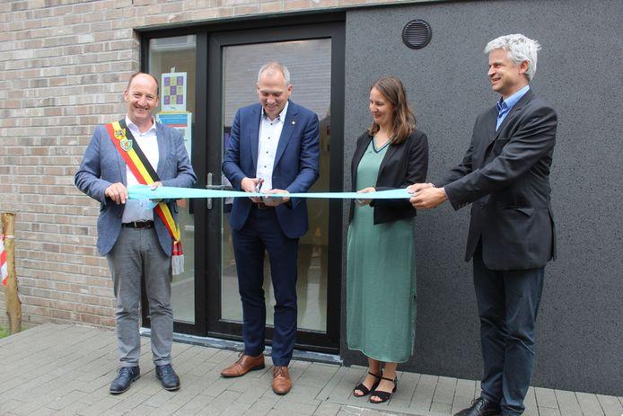 Vlaams minister Matthias Diependaele (N-VA) en burgemeester Luc Vandevelde (SMS) mochten het lintje knippen.