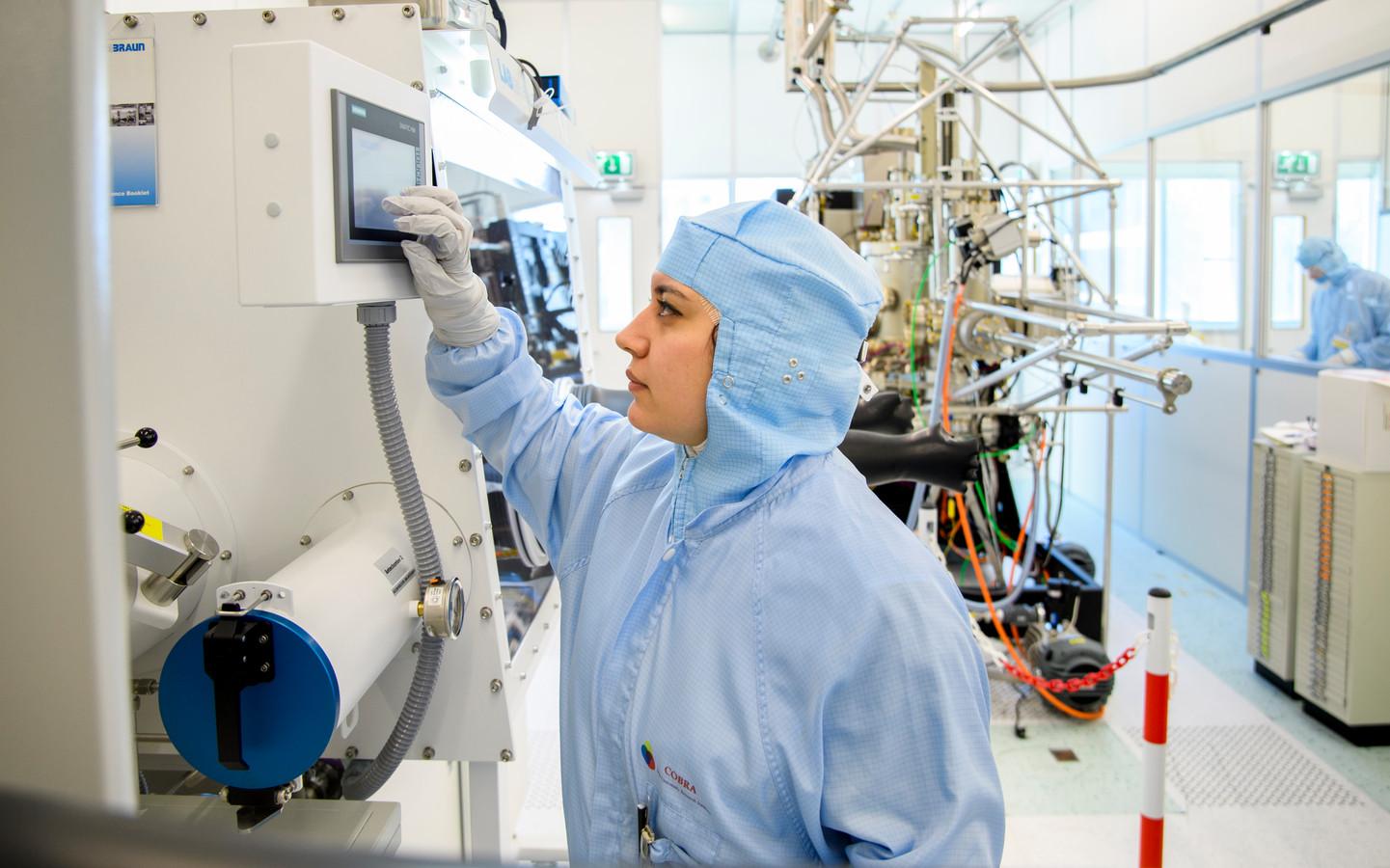 Elham Fadaly aan het werk in het laboratorium van de TU/e.
