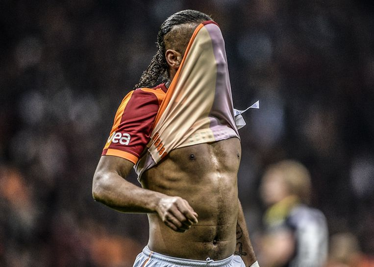TOPSHOTS (ALTERNATE CROP) Galatasaray's Ivorian forward Didier Drogba pulls his shirt over his face during the Turkish Super League football match between Fenerbahce and Galatasaray, at Turk Telekom Arena in Istanbul, on April 6, 2014. AFP PHOTO/BULENT KILIC Beeld AFP