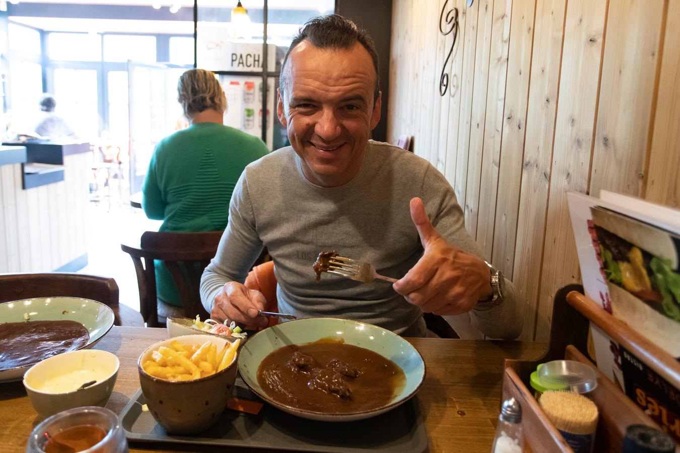 Luc Bellings proeft stoofvlees met friet en is weer genadeloos kritisch.