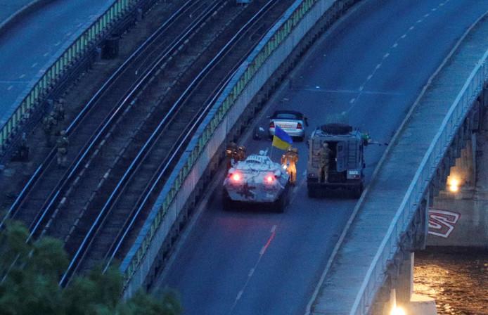 Speciale troepen houden de man aan die dreigde een brug in Kiev op te blazen.