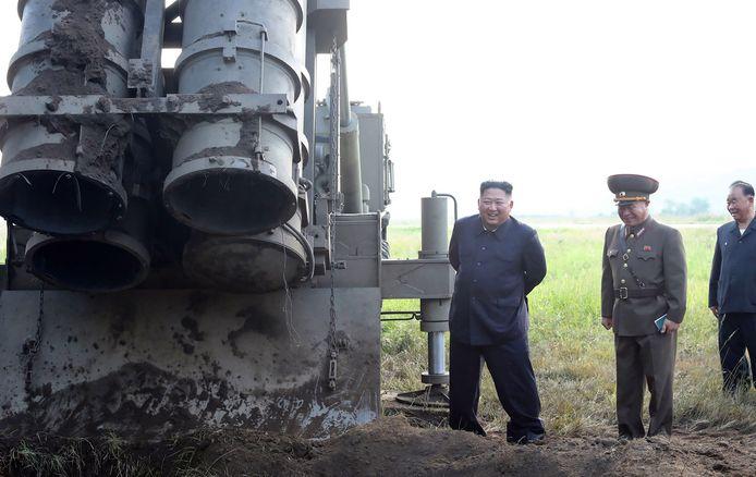 """Kim Jong Un in septemberij de voorstelling van een """"supergrote raketlanceerder""""."""