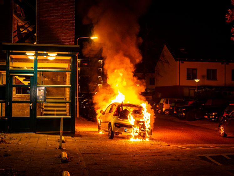 Hoge vlammen: auto volledig uitgebrand in Arnhem