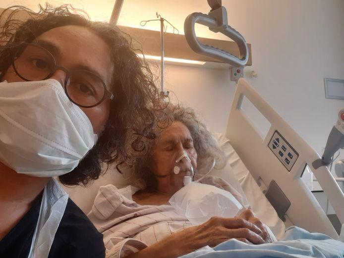 Bernard Vischer en zijn moeder in het Catharina Ziekenhuis.