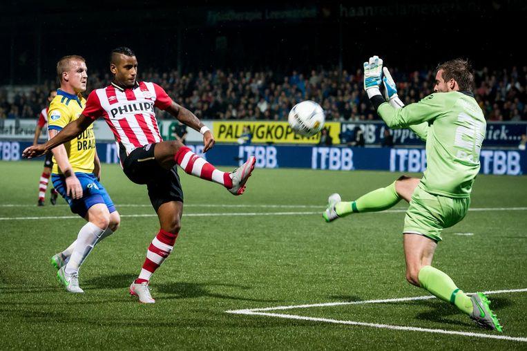 PSV-speler Luciano Narsingh voor het doel van Cambuur-keeper Harm Zeinstra. Beeld anp