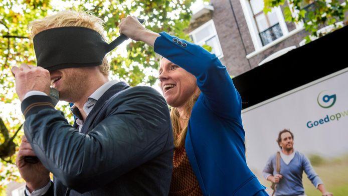 Verkeerswethouder Lot van Hooijdonk (r) blinddoekt illusionist Steve Carlin