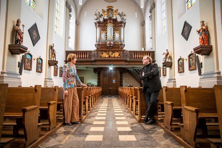Mariëlle Vinken en Steven van Kempen in de kerk van Gronsveld. Beeld Laurens Eggen