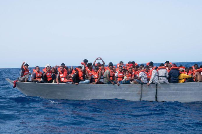 Een overvolle boot met migranten in de Middellandse Zee.