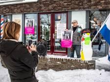 Kapper Theo Knoop (62) protesteert de hele werkdag in de kou: 'De compensatie is nog minder dan een uitkering'