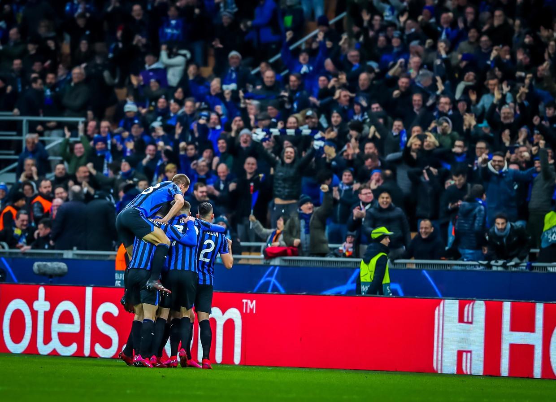 Bergamo viert feest in Milaan, waar Valencia wordt opgerold. Stadion San Siro blijkt ook een centrum van besmetting. Beeld IPA / BACKGRID