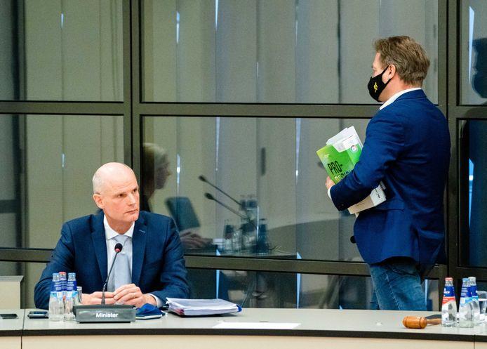 Minister Stef Blok van Buitenlandse Zaken (VVD) en CDA-Kamerlid Pieter Omtzigt tijdens het ingelaste debat over de brexitdeal.