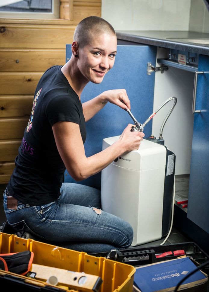 Martine Beijer (32) uit Sleeuwijk is loodgieter.  Foto: Koen Verheijden