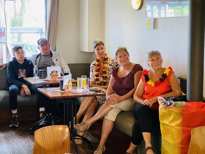 Supporters van Wout Van Aert in café 't Vliegershof