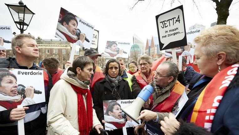 Staassecretaris Jetta Klijnsma (Sociale Zaken) bij een protest tegen de Participatiewet in Den Haag. Beeld anp