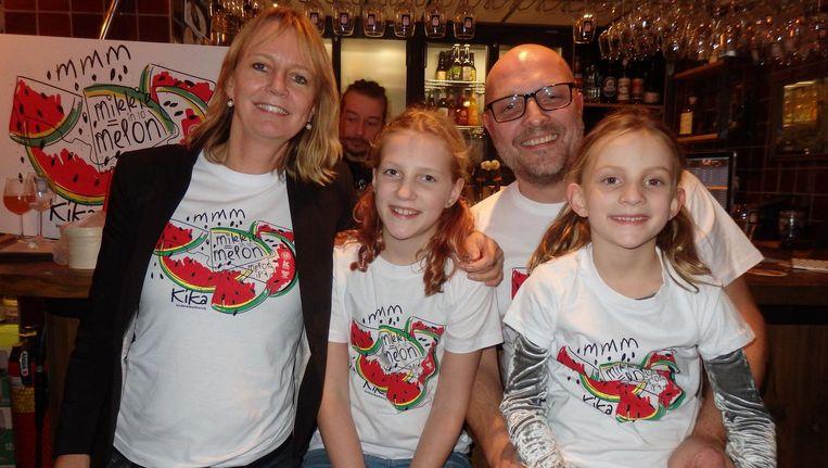 Kim, Roos, Peter en Mikkie van der Arend. Vader Peter laat jaarlijks een bier brouwen, waarvan de hele omzet naar Kika gaat Beeld Schuim