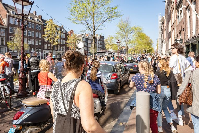 Drukte bij het Anne Frankhuis op de Prinsengracht.  Beeld Jakob Van Vliet