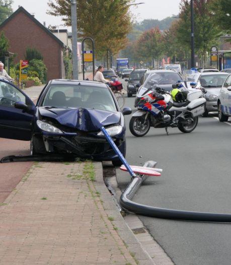 Auto ramt in volle vaart lichtmast in Hengelo, vrouw gewond