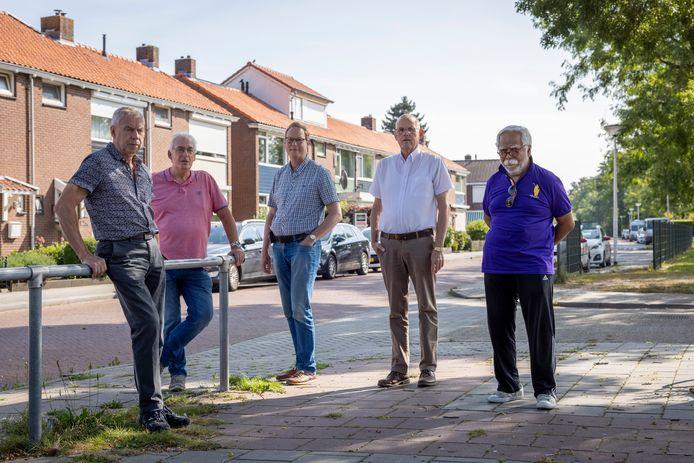 Het bestuur van Wijkplatform Ossenkoppelerhoek met van linksaf Nico van de Vliet, Hans Bijker, Fred Kobes, Johan de Ruiter en Jan Telussa.