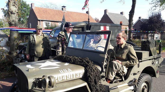 Eigenaren van historische oorlogsvoertuigen verzamelen zich bij De Schakel in Wijbosch.