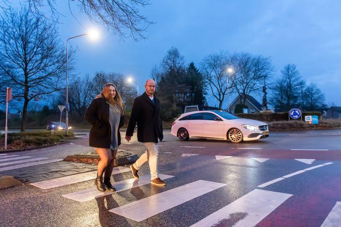 Kiara Voesenek (16) redde haar peetoom,  Charles Steijaert, bij een heftig ongeluk in Made. Op deze oversteekplaats werd Charles aangereden door de bus waar Kiara in zat.