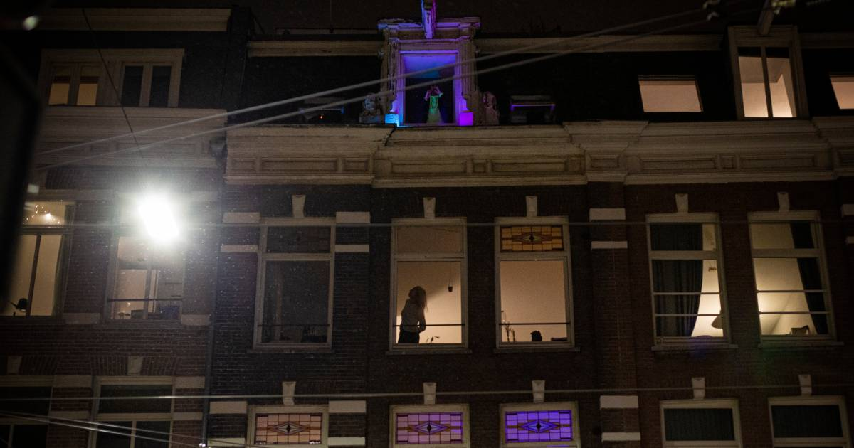 Dj opent raam tijdens sneeuwstorm en speelt muziek af, krijgt hele straat aan het dansen - AD.nl