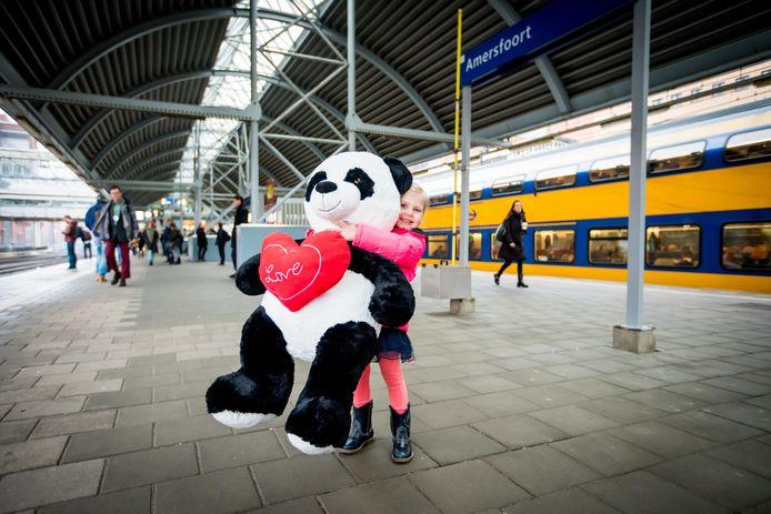Esmee (3) uit Deventer kreeg een enorme pandaknuffel cadeau van een wildvreemde man.