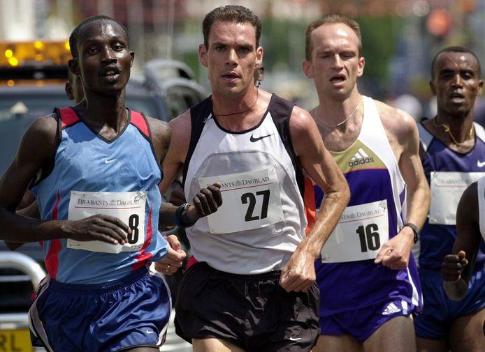 Greg van Hest (midden) tijdens de Tilburg Ten Miles in 2000.