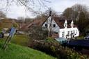 Veel groen rond de woonboerderij van Alice en Bert van der Velde in Herwijnen.