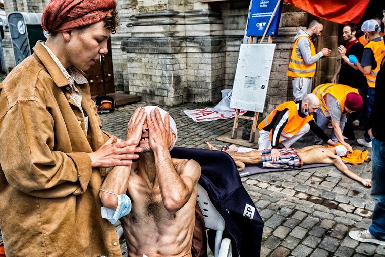 In de Brusselse Begijnhofkerk houden zo'n 200 mensen sinds 23 mei een hongerstaking. Beeld Tim Dirven