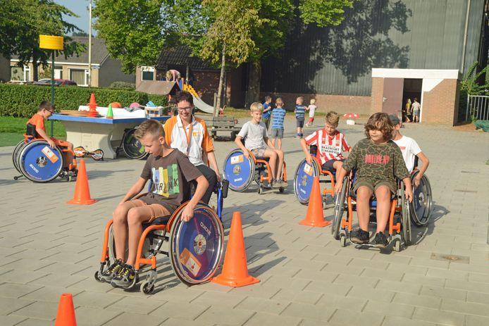 Kris van der Werve temidden van leerlingen uit groep 7/8 van De Klimop in Dreischor
