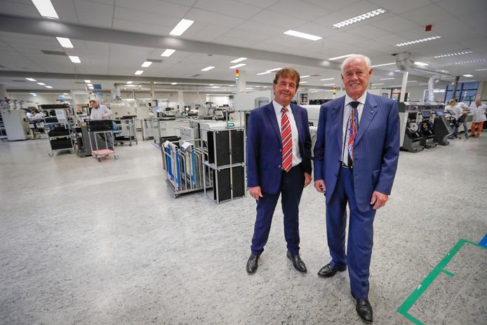 Huub van der Vrande (links) en Gerard Meulensteen op de werkvloer van Neways Industrial Systems in Son.