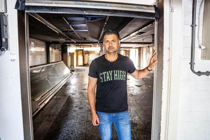 Jehad al Ouwer in zijn geblakerde winkel.