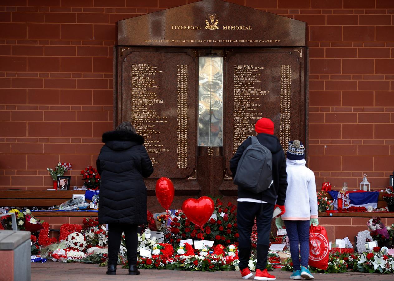 Mensen bij met monument van Hillsborough bij Anfield.
