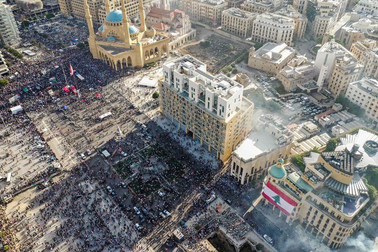 Demonstranten in de Libanese hoofdstad protesteren tegen de regering die volgens hen verantwoordelijk is voor de explosie die meer dan 150 mensen doodde.  Beeld AFP
