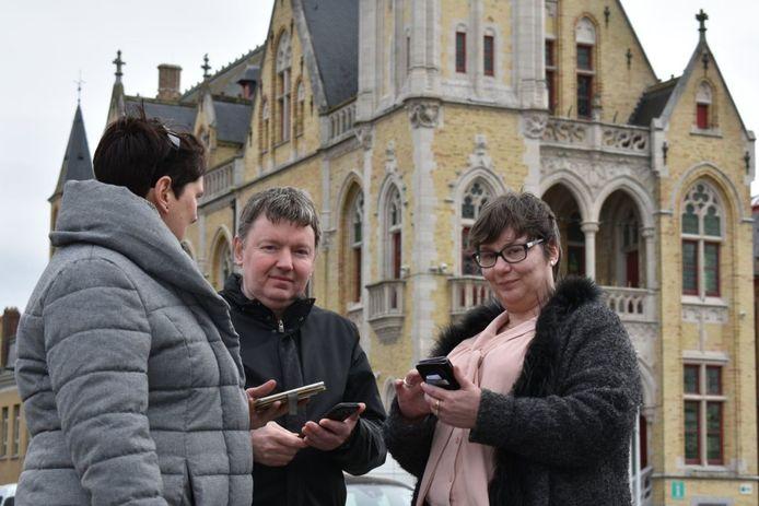 Handelaars Marc Buseyne en Kristien Devos testen de gratis wifi in het handelscentrum.