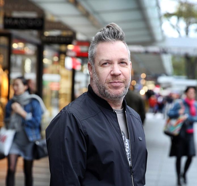 Walter van de Velde (51) heeft 32 jaar werkervaring in winkels, kwam vorig jaar op straat te staan en komt maar niet aan de baan.