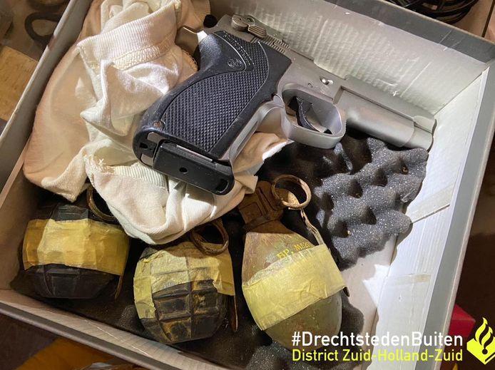 In het pand werd niet alleen een hennepkwekerij ontdekt. Ook vond de politie een vuurwapen en meerdere handgranaten.