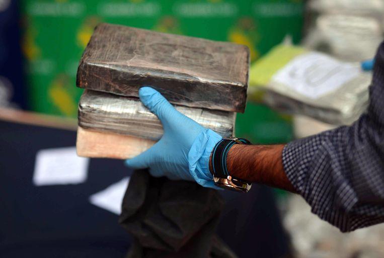 Een agent in de Zuid-Spaanse stad Malaga toont in beslag genomen pakketten cocaïne. (archieffoto)  Beeld EPA