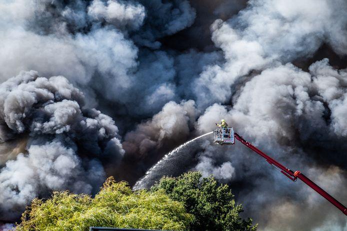 De brandweer rukte vorig jaar massaal uit voor een zeer grote brand bij autosloperij De Moestuin in Duiven.