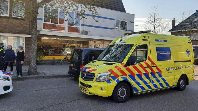 De ziekenwagen met het slachtoffer van het steekincident bij de bakkerij aan de Bornerbroeksestraat in Almelo.
