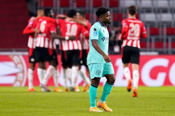 Che Nunnely treurt, terwijl de spelers van PSV feestvieren.